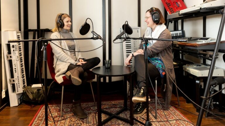 Pamela Tola ja Kati Palsanen SOScast-studiossa