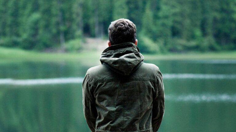 Nuori mies katselee järvelle