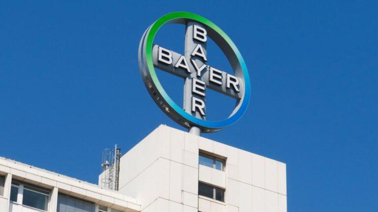 Bayerin merkki rakennuksen katolla