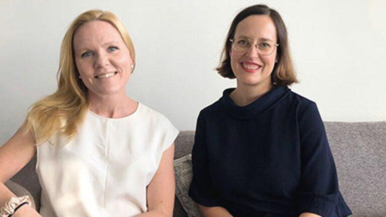 Lapsiasiavaltuutettu Elina Pekkarinen ja Kati Palsanen istumassa sohvalla