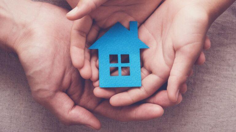 Kädet joissa pieni talo.