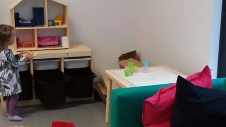 Tyttö ja nukkekoti IKEAn kalustamassa asunnossa