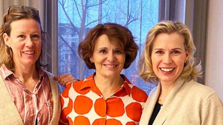 Eva Ahlströmin säätiön antama lahjoitus hymyilyttää kolmea naista