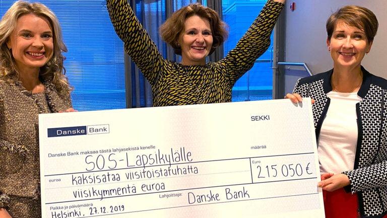 Danske Bank lahjoittaa SOS-Lapsikylälle lahjashekin.