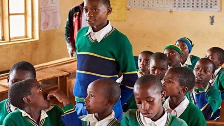 Tansanialaiset lapset koululuokassa