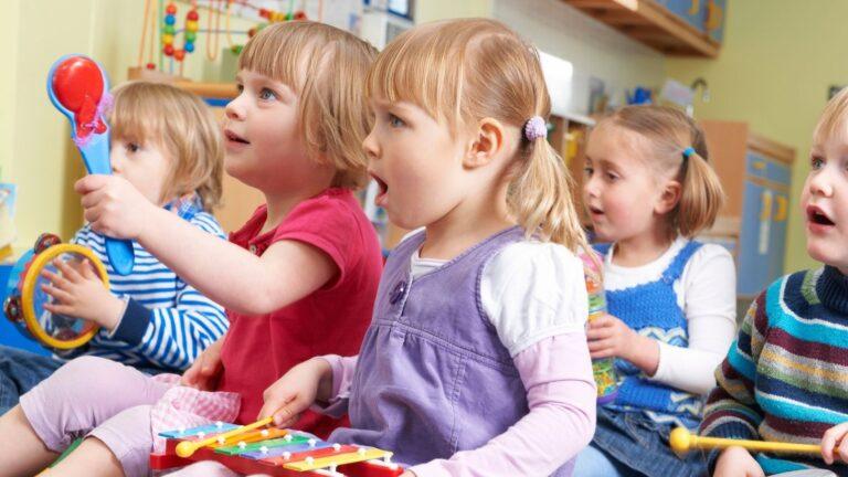 Lapset musisoivat ryhmässä