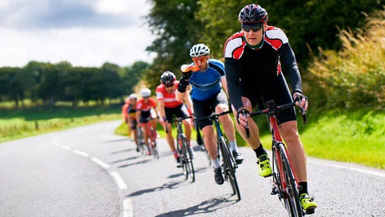 Jono pyöräilijöitä maantiellä.