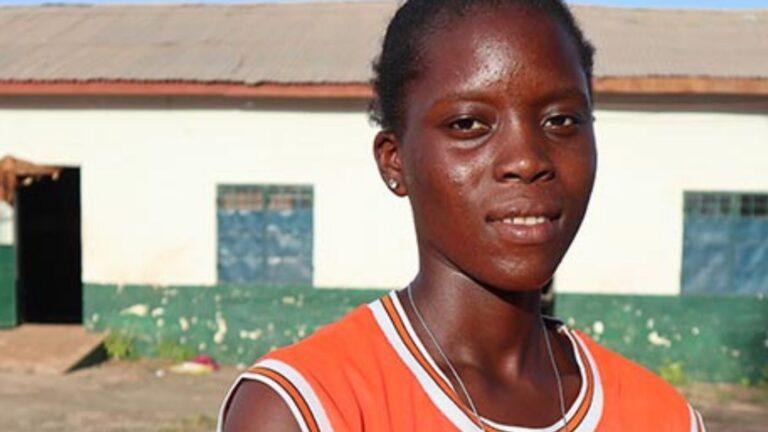 Gambialainen nuori nainen urhailupaidassa