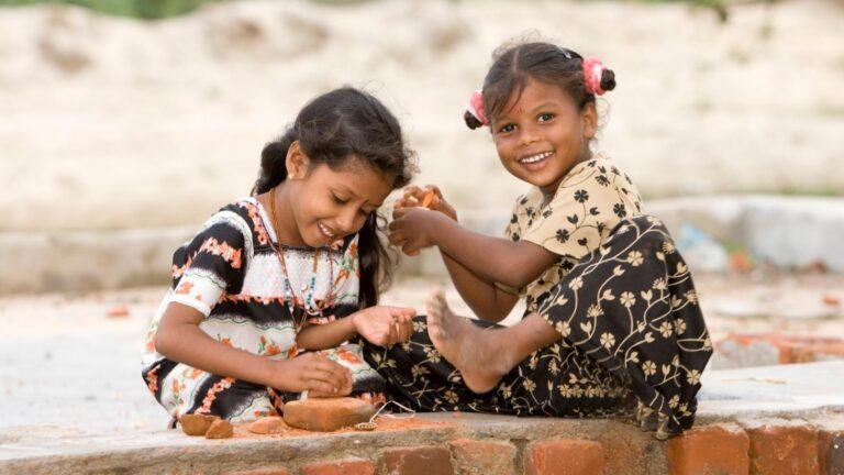 Kaksi iloista intialaistyttöä