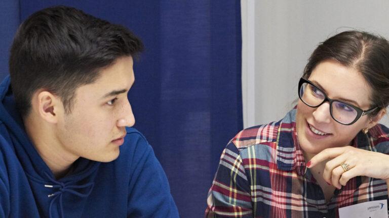 kaksi nuorta keskustelemassa
