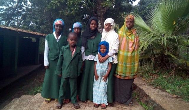 Etiopialaisäiti ryhmäkuvassa kuuden lapsensa kanssa.