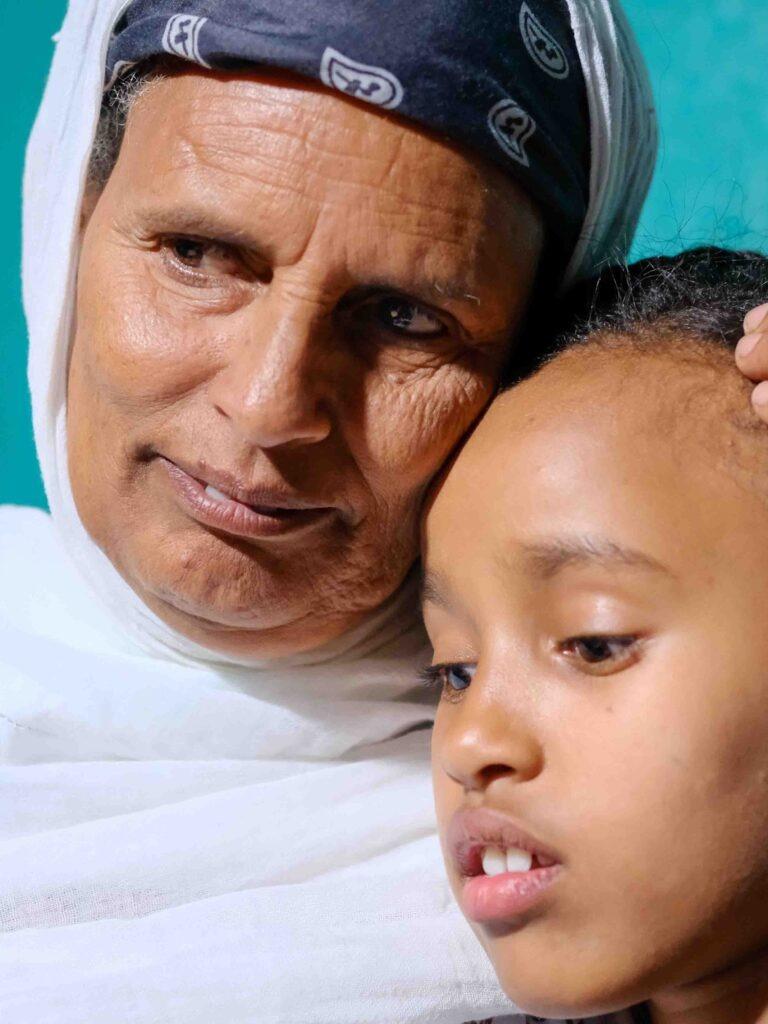 Etiopialaisisoäiti lapsenlapsensa kanssa