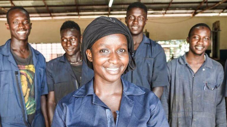 Automekaanikoksi opiskellut Ida yhdessä opiskelutovereidensa kanssa autopajalla.