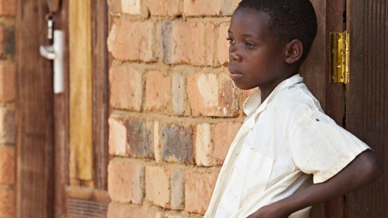 Tyttö nojaa seinään Tansaniassa