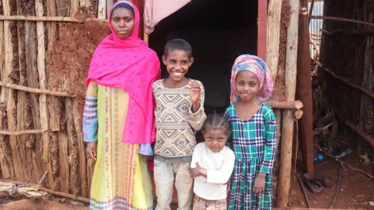 Etiopialaisperhe kotinsa edustalla.