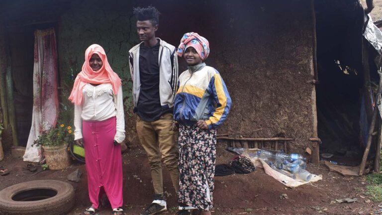 Etiopialainen Taye sisarustensa kanssa kodin edustalla.