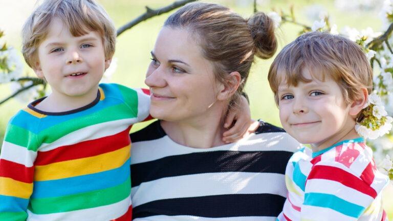 äiti kahden pojan kanssa