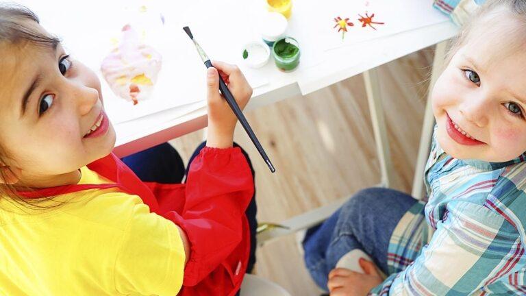Kaksi tyttöä maalaamassa