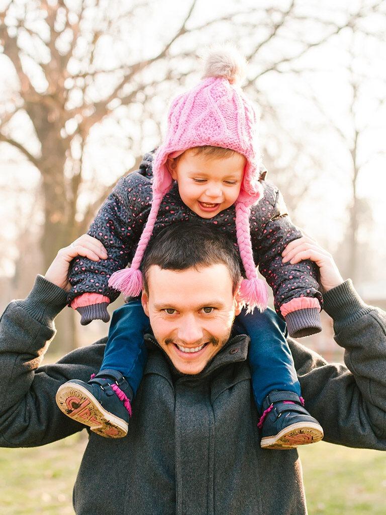 Mies ja lapsi, lapsi miehen hartioilla