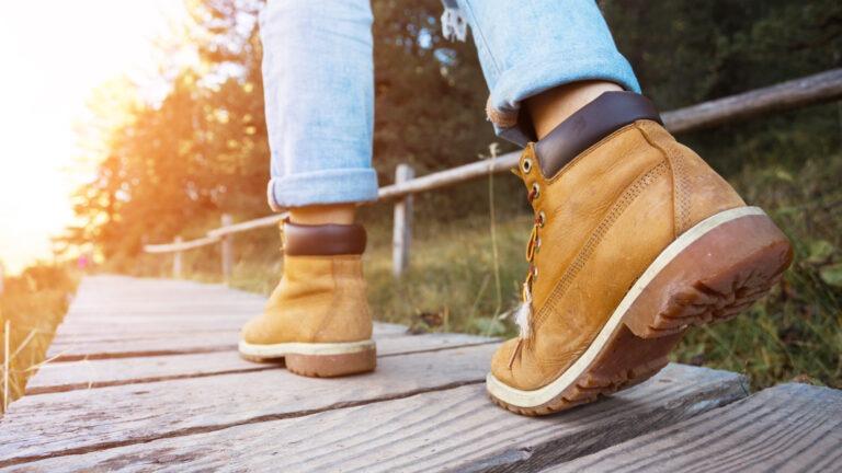 jälkihuolto - kengät kävelemässä auringonlaskuun