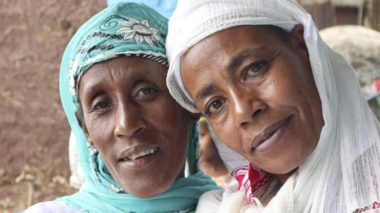 Lähikuva kahdesta naisesta Etiopiassa