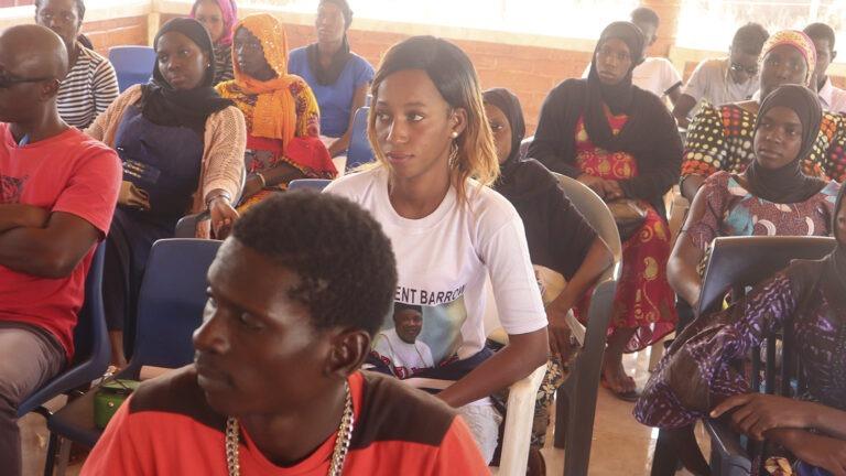 Nuoret kouluutksessa Gambiassa