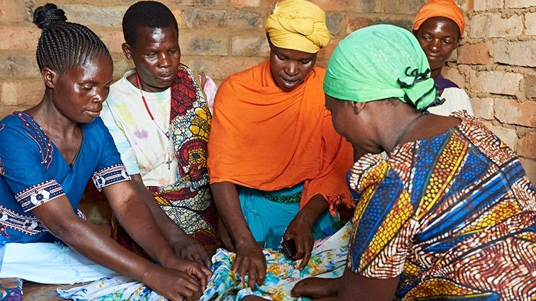 Kehitysyhteistyöhannkeemme naiset värjäämässä kangasta