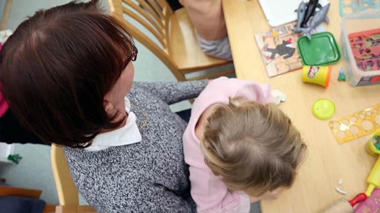 Varamummu ja lapsi arkartelemassa tuvalla