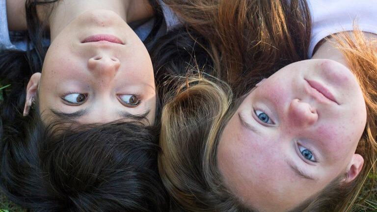 kaksi tyytöä makaa , kuvat naamoista ylhäältä päin