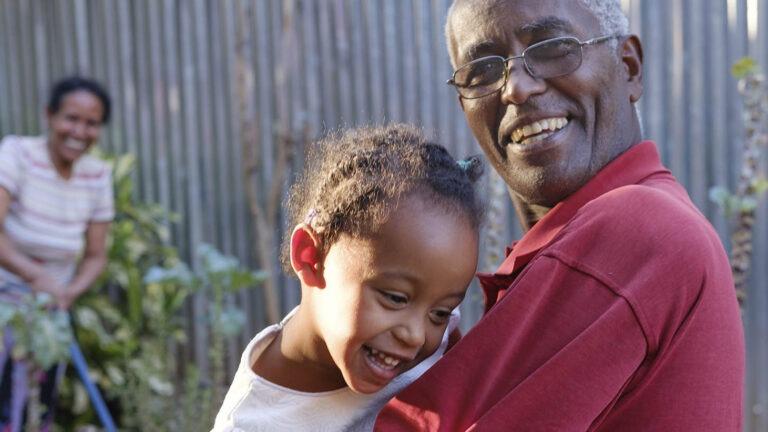 Isoisä lapsenlapsen kanssa