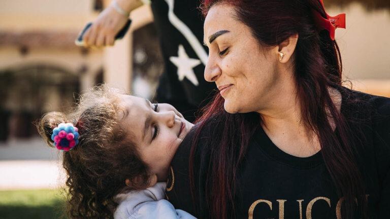 LApsikylä-äiti Syyriassa lapsen kanssa