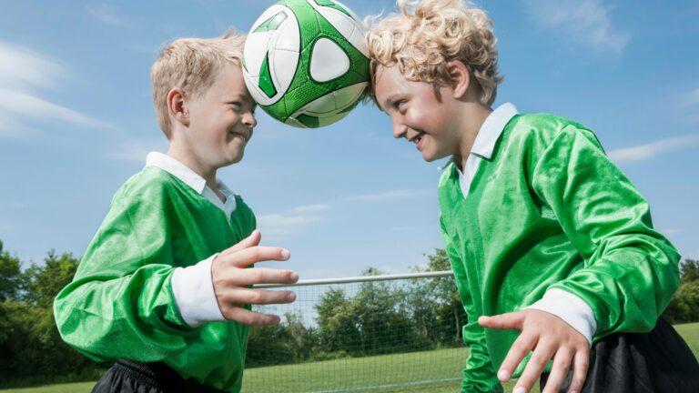 pojat pelaa jalkapalloa, harrastus