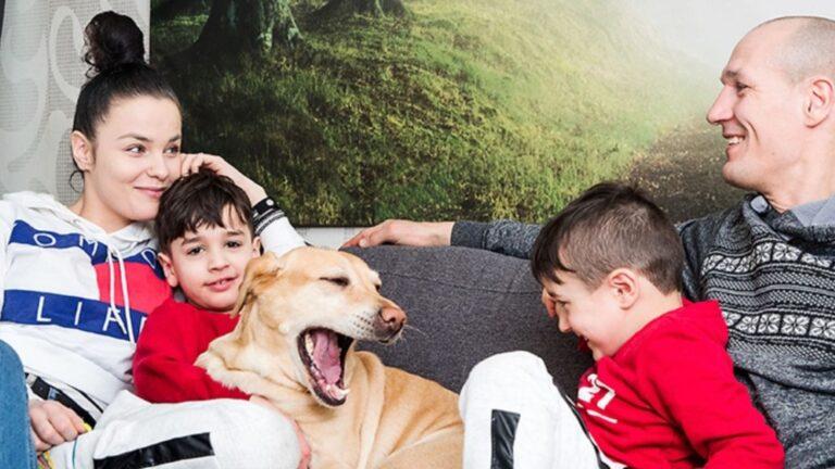 Nadia Ammouri ja Amin Asikainen istuvat lapsiensa ja koiransa kanssa sohvalla