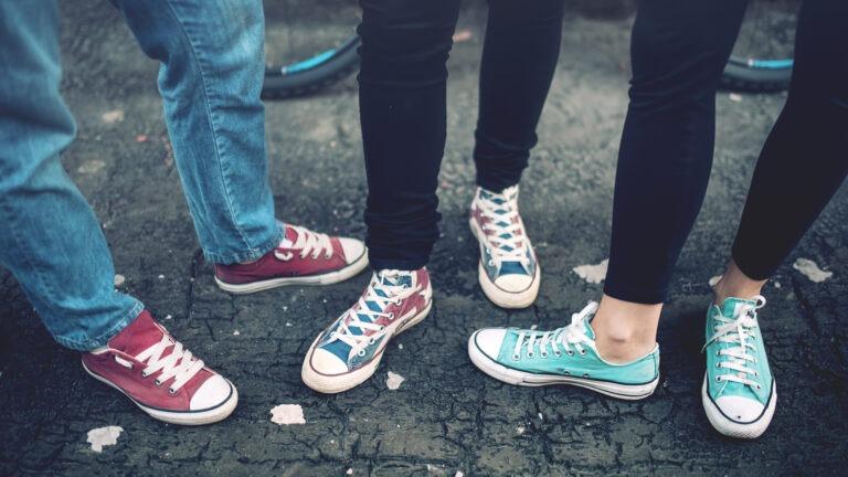 nuorison jalkakuva, tennarit jalassa