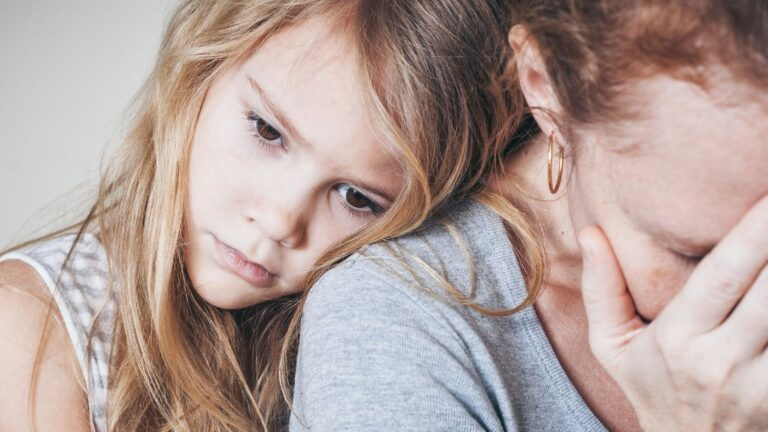 Surullinen vanhempi ja huolestunut lapsi