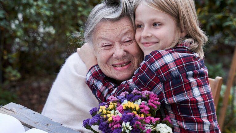 Vanha nainen ja lapsi halaavat