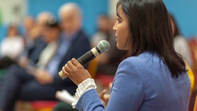 Marokkolainen nainen puhuu
