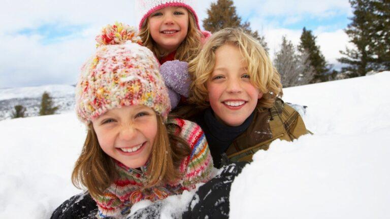 Lapset leikkimässä lumessa