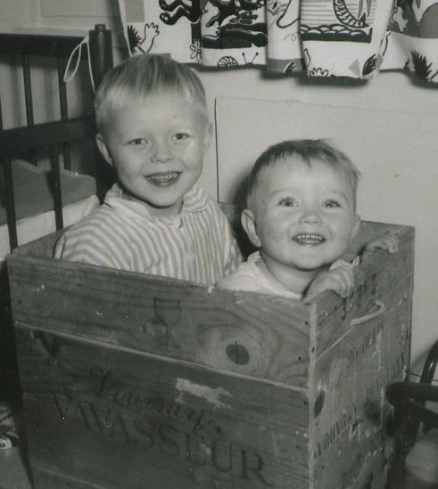 Kaksi pientä poikaa mustavalkokuvassa