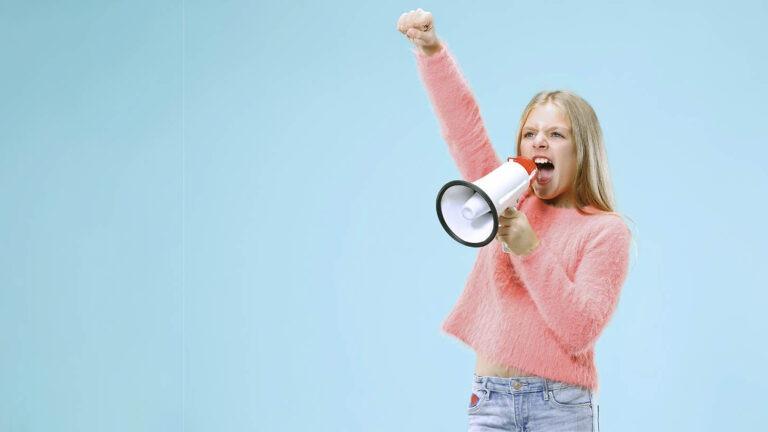 sininen tausta lapsi huutaa megafoniin