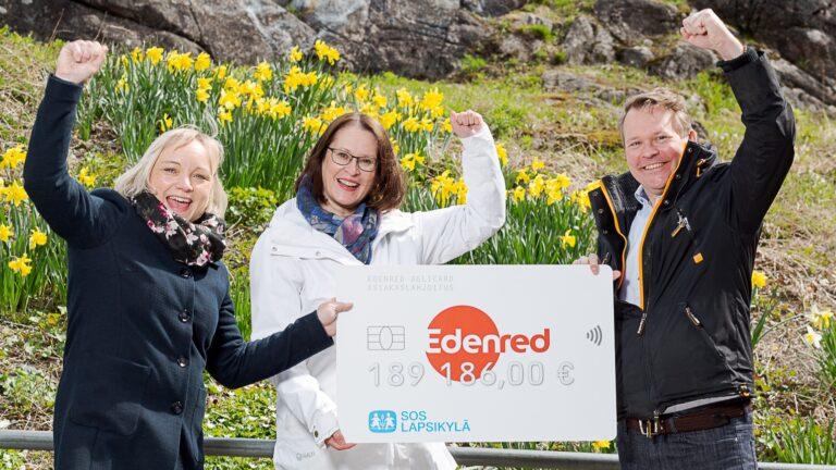 Edenredin edustaja luovutti lahjashekin SOS-Lapsikylälle.