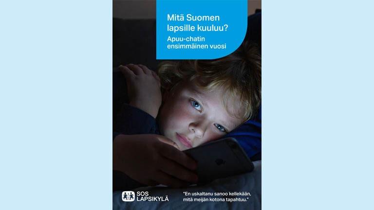 Kuva apuu raportin kannesta, poika katsoo kameraan, pimeä huone, kasvot valaisee kännykän valo