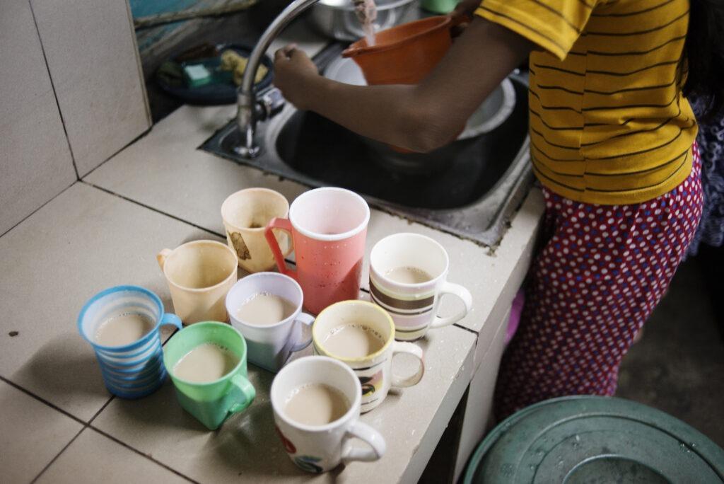 9 teekuppia pöydällä