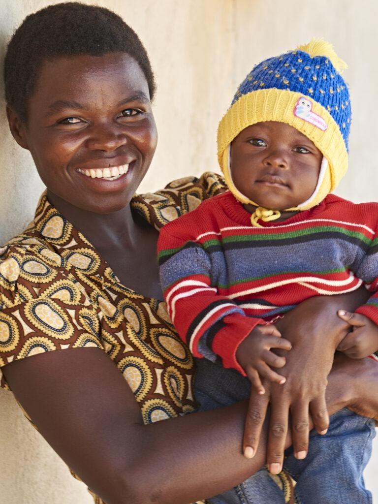 Äiti lapsi sylissä Tansaniassa