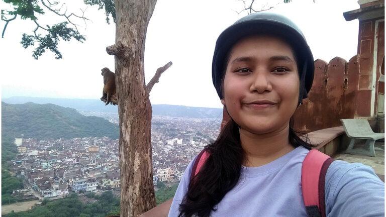 tummahiuksinen tyttö vuorella kävelemässä