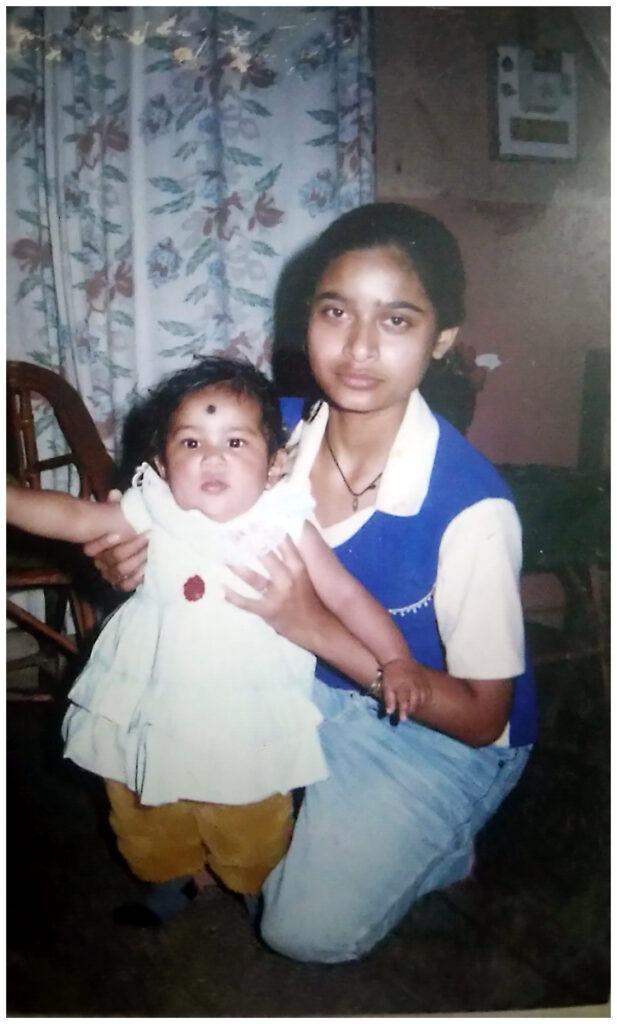 intiailainen tyttö istuu sylissään taaperoikäinen tyttö