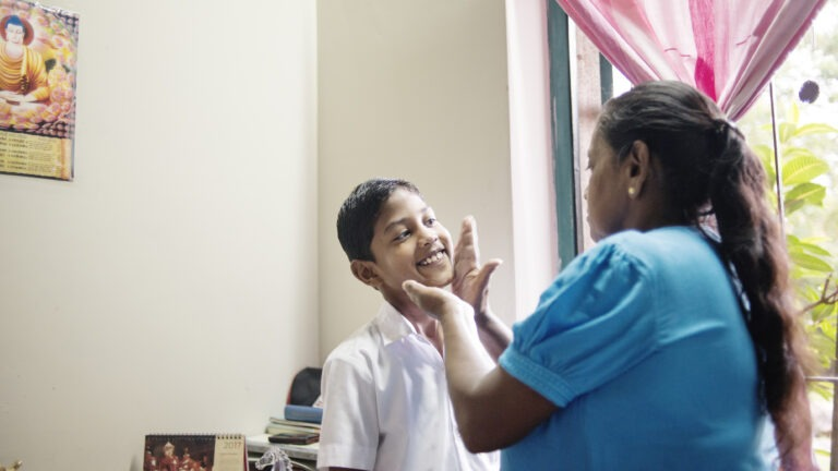 lapsikylä-äiti Malani laittaa poikaa valmiiksi kouluun